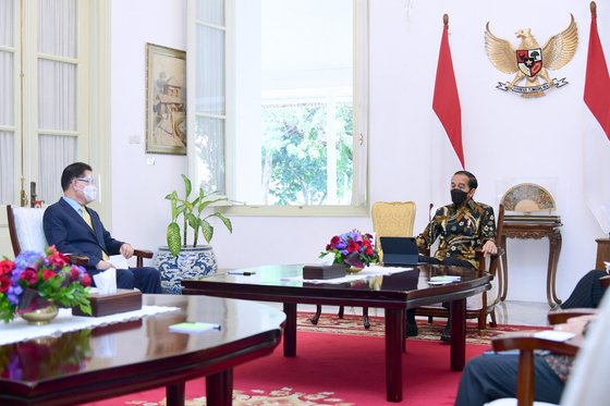Korean Foreign Minister Chung Eui-yong, left, pays a courtesy call on Indonesian President Joko Widodo at his presidential palace in Jakarta on Friday. Chung stressed the importance of proceeding smoothly with Korea and Indonesia's joint fighter jet development project during the meeting. [YONHAP]