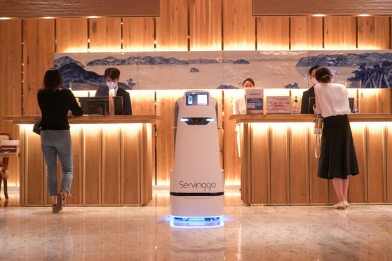 SK Telecom's Servinggo robot at the Hotel Inter-Burgo in Daegu on Sunday. The mobile carrier said about 10 Servinggo robots will start operating at the hotel starting from August. The robot will serve food to customers and welcome customers in the hotel lobby. [YONHAP]