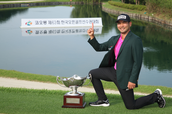 Lee Jun-seok celebrates his first-ever KPGA victory and national title at the Woo Jeong Hills Country Club in Cheonan, South Chungcheong, after winning the Kolon Korea Open Golf Championship on Sunday. [KOLON KOREA OPEN ORGANIZING COMMITTEE]