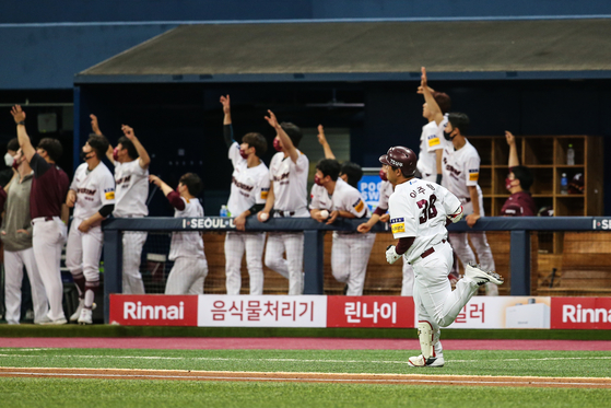 Lee Ju-hyung of the Kiwoom Heroes rounds the bases after scoring the first home run of his career against the Kia Tigers at Gocheok Sky Dome in western Seoul on Sunday. [YONHAP]