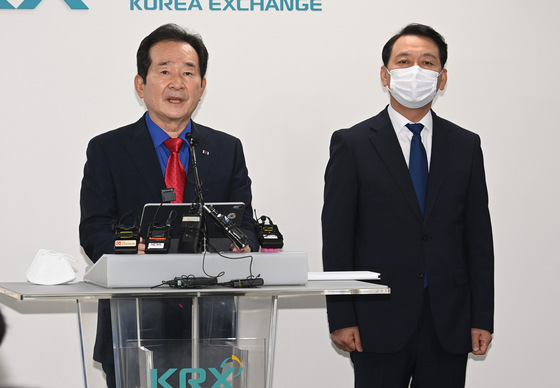 Former Prime Minister Chung Sye-kyun, left, and Rep. Lee Kwang-jae announce their decision to merge candidacies for the Democratic Party's presidential primary by July 5. [NEWS1]