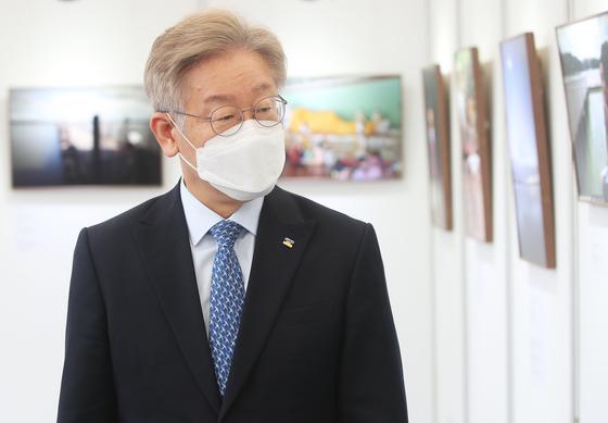 Gyeonggi Gov. Lee Jae-myung attends a photo exhibition in Suwon, Gyeonggi, on Monday. [YONHAP]
