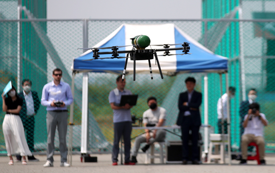 A hydrogen fuel cell drone hovers during a simulation at Drone Park in Buk District, Gwangju on Monday. The drone was jointly developed by Korea and Russia. [YONHAP]