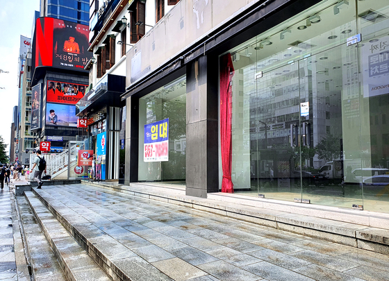 A store located near Gangnam Station is empty, with a sign that says ″for lease″ stuck on the storefront. [HAM JONG-SUN]