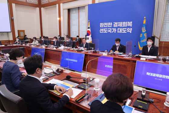 President Moon Jae-in heads a meeting on a second half economic plan on Monday at the Blue House. The government raised its economic growth target for this year from 3.2 percent to 4.2 percent. [YONHAP}