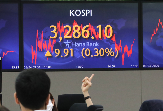 A screen in Hana Bank's trading room in central Seoul shows the Kospi closing at 3,286.10 points on Thursday, up 9.91 points, or 0.30 percent, from the previous trading day. [YONHAP]