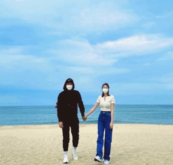 Singer and actor Kim Yoon-ji, also known as NS Yoon-G, posts a photo of herself with her groom-to-be on the beach to announce her plan to get married in September. [SCREEN CAPTURE]