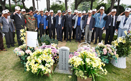 Vietnam War veterans in Korea pay their respects to the late General Chae Myung-shin in 2014, the 50th anniversary of Korean Army's participation in the war. [NEWS1]