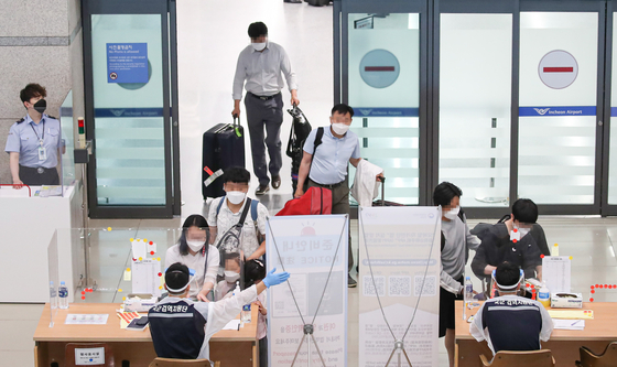People arrive at Incheon International Airport on Tuesday, amid the global spread of coronavirus variants. From June 20 to 26, the number of confirmed virus variants came to 267, bringing the cumulative number of confirmed cases of variants to 2,492, health authorities said. [YONHAP]
