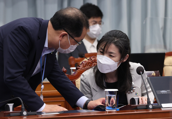 In this file photo, Senior Presidential Secretary for Personnel Affairs Kim Oe-sook, right, talks to Senior Presidential Secretary for Civil Affairs Kim Jin-kook before the cabinet meeting on June 8, 2021. [YONHAP]
