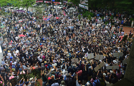 Crowds gather Tuesday to see Yoon Seok-youl leaving the press conference after announcing his presidential run for the March 2022 election.  [NEWS1]