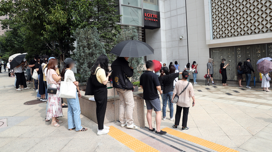 People line up in front of Lotte Department Store's main branch in Sogong-dong, central Seoul on Tuesday amid rumors that French luxury brand Chanel will sharply raise prices of popular items starting Thursday. [NEWS1]