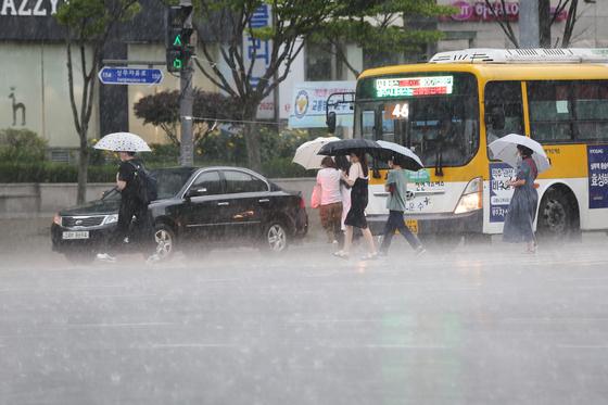 Sudden rainstorm hits Gwangju on Monday. [YONHAP]