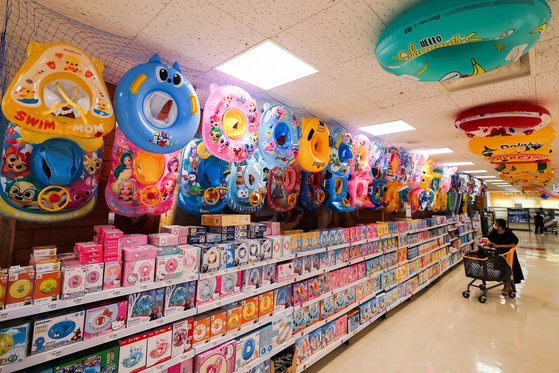 A shopper looks at swimming tubes displayed at a discount mart in Seoul. Retailers have begun to display a variety of summer gear ahead of the summer vacation season. [YONHAP]