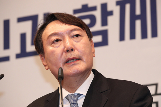 Yoon Seok-youl, former prosecutor general, announces his presidential bid on Tuesday at a press conference.  [YONHAP]