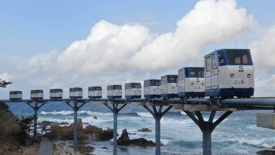 Monorail cars make a trial run along the coast in Uljin County, North Gyeongsang, on Wednesday. The monorail cars for tourists will start operations from July 8. [NEWS1]