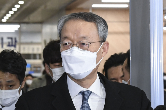 In this file photo, former Energy Minister Paik Un-gyu enters the Daejeon District Court for an arrest warrant hearing on Feb. 8, 2021. The warrant was rejected. Paik was indicted on Wednesday for abuse of power in 2017 and 2018.  [NEWS1]