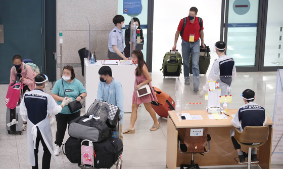 Travelers enter Terminal 1 at Incheon International Airport on Thursday. Starting Thursday, vaccinated people traveling to Korea for important business and family visits will no longer have to go through mandatory 14-day quarantine, provided it has been more than two weeks since their final vaccine. Quarantine will not be waived for people coming from 21 countries where Covid-19 variants are prevalent, including India, Brazil and Argentina. [YONHAP]