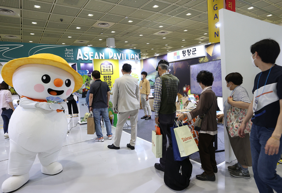 Pyeongchang County of Gangwon welcomes visitors at the Seoul International Tourism Fair at Coex from June 24 to 27 to promote itself as a cool summer travel destination. [YONHAP]