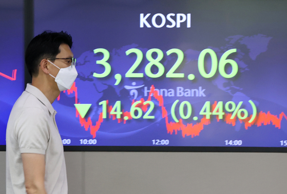 A screen in Hana Bank's trading room in central Seoul shows the Kospi closing at 3,282.06 points on Thursday, down 14.62 points, or 0.44 percent, from the previous trading day. [YONHAP]