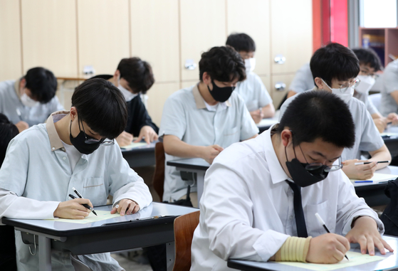 Students at a high school in Chuncheon, Gangwon, are taking the June mock test on June 3 before the college entrance exam in November. [YONHAP]