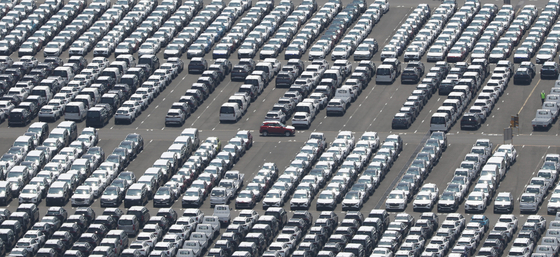 Hyundai Motor vehicles are parked in a lot next to the carmaker's Ulsan factory, on Thursday, waiting to be shipped overseas. Overseas auto sales in June for Korea's five carmakers--Hyundai Motor, Kia Motors, GM Korea, Renault Samsung Motors and SsangYong Motor-- jumped 32 percent on year to 522,786 units. [YONHAP]