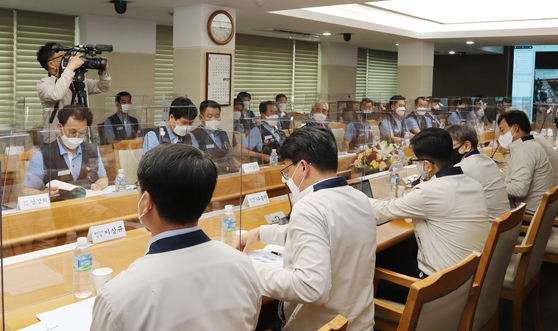 Representatives from Hyundai Motor's management and the unionized workers for this year's wage negotiation meet at the carmaker's Ulsan factory on May 26. [YONHAP]