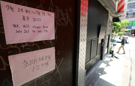 A club in Hongdae in Mapo District, western Seoul, posts a sign that states it will be closed for one week on Friday. The Mapo District Office said it will be conducting a special inspection of the Hongdae area for the next two weeks to make sure quarantine measures are being implemented properly amid a cluster of Covid-19 infections linked to pubs and restaurants in the area. [NEWS1]