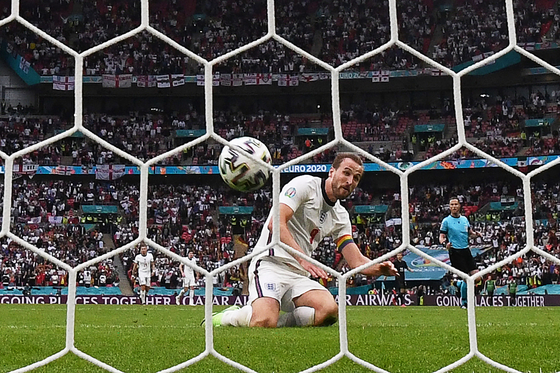 Harry Kane scores England's second goal against Germany during the UEFA Euros Round of 16 match against Germany at Wembley Stadium in London on Tuesday. [AFP/YONHAP]