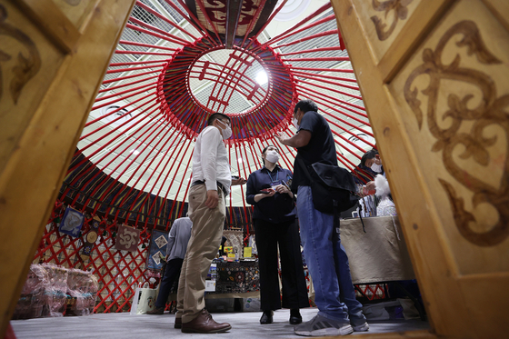 A traditional yurt, or boz uy, of the Kyrgyz Republic showcased at an exhibition in Coex in southern Seoul on June 24. [YONHAP]