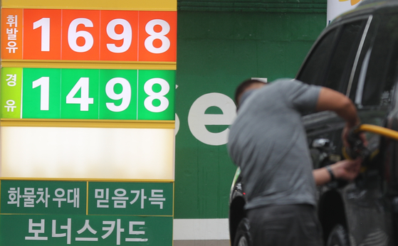 A price panel at a gas station in Seoul on Sunday shows gasoline at 1,698 won ($1.5) per liter. Oil prices in Korea rose for the ninth consecutive week to reach the highest level in nearly three years amid a global oil rally. The average gasoline price nationwide was 1,600.9 won per liter in the last week of June, edging up 13.5 won from a week earlier, according to data provided by the state-run Korea National Oil Corporation. [YONHAP]