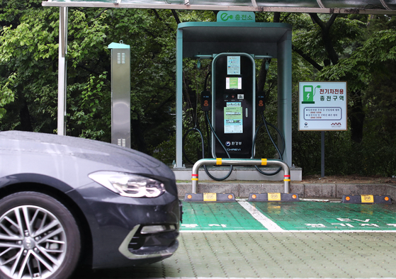 A car is parked in front of an electric car charger installed in Jongno District, central Seoul, on Sunday. According to the Ministry of Environment on Sunday, the charging price will be increased from 255.7 won ($0.23) per kilowatt-hour, the exact amount to be announced today. [YONHAP]
