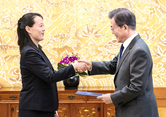 In this file photo, North Korean leader Kim Jong-un's younger sister, Kim Yo-jong, left, delivers a letter from her brother to President Moon Jae-in on Feb. 10, 2018. [YONHAP]