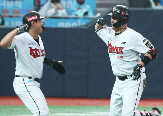 KT Wiz catcher Jang Sung-woo, right, celebrates after hitting a two-run home run at the bottom of the sixth inning with two outs on Sunday. [YONHAP]