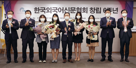 Recipients of the Foreign Language Newspapers Association of Korea's (FNA) award for outstanding journalists pose for a commemorative photo on Monday in a ceremony marking the organization's sixth anniversary at the Korea Press Center in central Seoul. From left: Kwon Chung-won, former CEO of the Korea Herald; Oh Young-jin, president of the Korea Times; Lee Hyo-jin, reporter at the Korea Times; Esther Chung, reporter at the Korea JoongAng Daily; Yang Kyu-hyun, CEO of the Aju Daily; Kim A-rin, reporter at the Korea Herald; Sang Haiqian, reporter at the Aju Daily; Choi Jin-young, CEO of the Korea Herald; Cheong Chul-gun, CEO of the Korea JoongAng Daily. [PARK SANG-MOON]