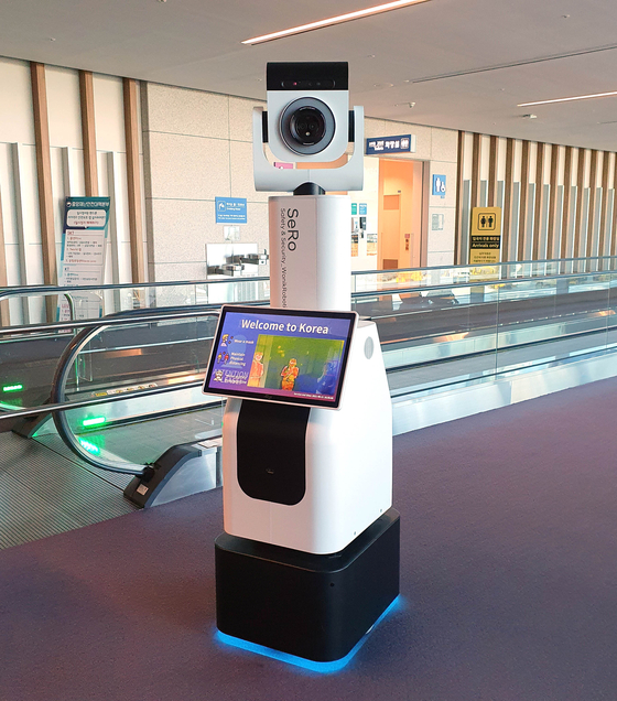 SeRo in Terminal 2 of Incheon International Airport on Monday. The robot will inform travelers about Covid-19 guidelines and disinfect the airport. [YONHAP]