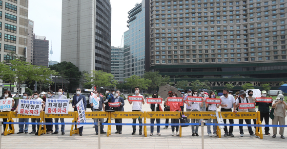 Supporters of Choe Jae-hyeong, former head of the Board of Audit and Inspection, urge him to run as president in a press conference in front of Seoul Plaza in central Seoul Monday afternoon. [WOO SANG-JO]