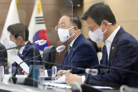 Finance Minister Hong Nam-ki, second from right, heading a meeting on global tax reform at the government complex in Sejong on Monday. [YONHAP]