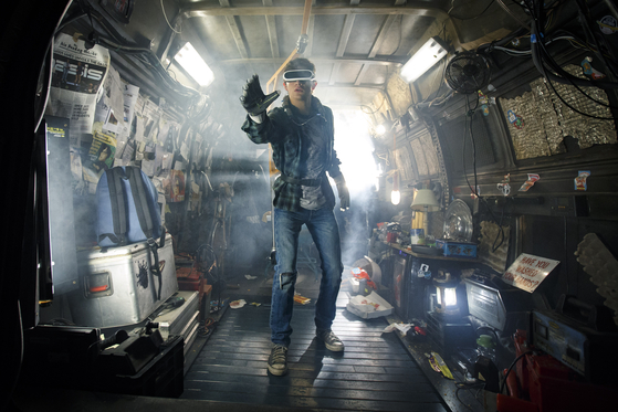 In ″Ready Player One,″ users can use mechanical devises such as headgear to log on to the Oasis. [WARNER BROS. KOREA]