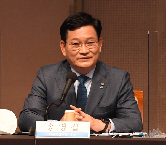 Chairman Song Young-gil of the Democratic Party on Monday talks at the Kwanhun Club debate.  [YONHAP]