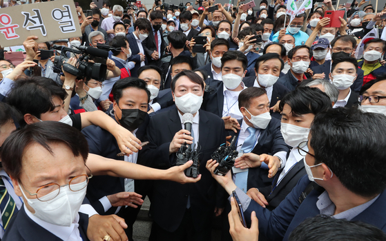 Crowds gather Tuesday to see Yoon Seok-youl, a former prosecutor general, announce a run for the March 2022 presidential race in a press conference at the Yun Bong-gil Memorial in Seocho District, southern Seoul, on Tuesday. [NEWS1]