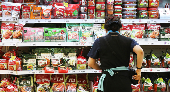 A wide variety of Korean kimchi at a discount mart in Seoul on Tuesday. According to the Ministry of Agriculture, Food and Rural Affairs, in the first half, Korean agriculture and food exports totaled $4.15 billion, which is a new record. That's up 15.4 percent on year, the fastest growth in 10 years. Korean ginseng exports were up 25 percent year-on-year, while kimchi exports grew 20 percent. [NEWS1]