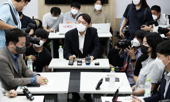 Former Prosecutor General Yoon Seok-youl, center, talks with nuclear engineering students from KAIST in Daejon on Tuesday.  [NEWS1]