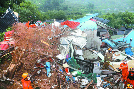 Two homes and one warehouse swept in a landslide in Gwangyang, South Jeolla, on Tuesday. Rescue workers found one resident of a home, a woman in her 80s, dead in eight hours following the landslide. [NEWS1]