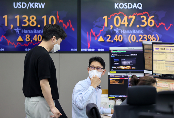 A sign at Hana Bank in central Seoul on Wednesday shows the tech heavy Kosdaq closing at a record 1,047.36, breaking a record set just two days earlier. The Kosdaq rose 0.23 percent, or 2.40 points. The main Kospi, which hit a new record on Tuesday, fell on Wednesday. [YONHAP]