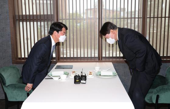People's Party Chairman Ahn Cheol-soo, left, and former Prosecutor General Yoon Seok-youl meet Wednesday.  [NEWS1]