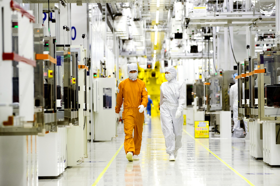 Samsung Electronics' semiconductor engineers at the company's plant in Hwaseong, Gyeonggi [SAMSUNG ELECTRONICS]