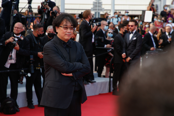Director Bong Joon-ho poses for reporters during the opening ceremony of the 74th Cannes Film Festival. [NEWS1]