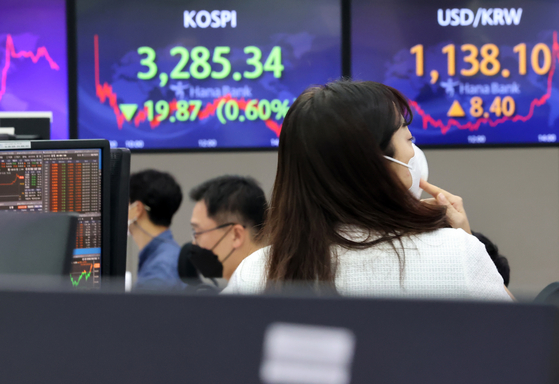 A screen in Hana Bank's trading room in central Seoul shows the Kospi closing at 3,285.34 points on Wednesday, down 19.87 points, or 0.6 percent, from the previous trading day. [YONHAP]