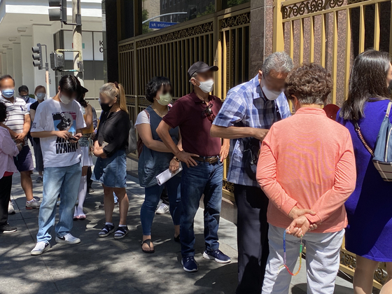 People queue outside the Consulate General of Korea in Los Angeles on July 1 to apply for waivers of quarantines after entering Korea. [YONHAP]